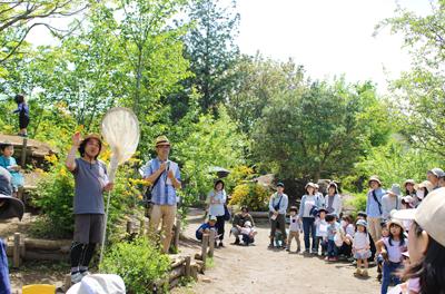 五感で楽しむ!つくば・キッズクリエーションの園庭で、草花探検