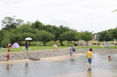パパもママも子どもと一緒に水遊び♪「福岡堰さくら公園」