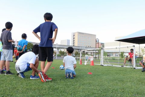 スポーツチームの体験ブースには元気いっぱいの子どもたちが