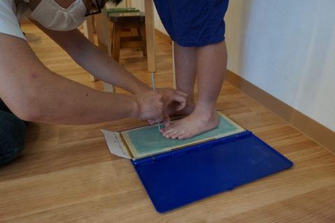 フットプリンターという道具でハンコのように足型を採取します