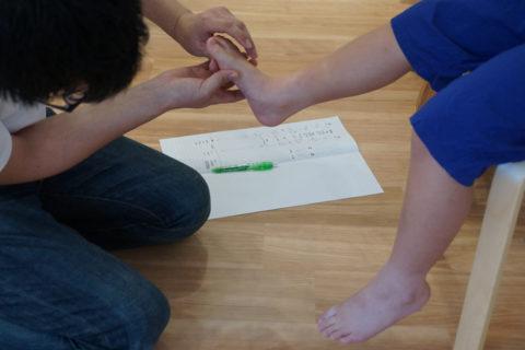 足首や足先の動きの硬さ、柔らかさなども調べ、それぞれの足の特性をしっかりととらえます