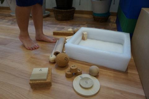 足指でつまんで箱の中に移動することで足指の動きを鍛える