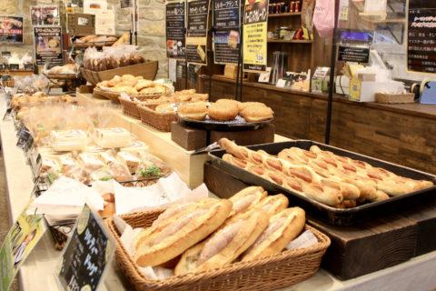 看板商品「究極のソーセージフランス」をはじめ各種パンも充実