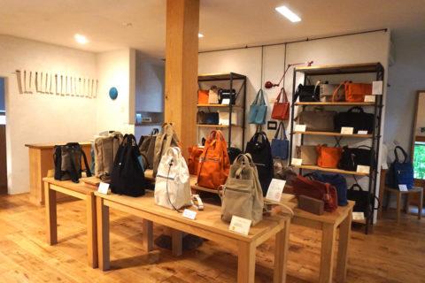 須田帆布のバッグは落ち着いた色味のカラーが多く、触れると手に馴染む優しい肌触り